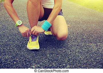 nő, futó, fiatal, külső, odaköt shoelaces
