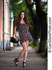 nő, gondtalan, gyalogló, utca, fiatal, város