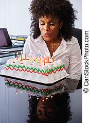 nő, hivatal, ügy, gyertya, misét celebráló, születésnap, fújás, fél
