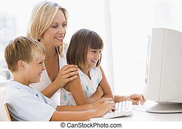 nő, hivatal, két, fiatal, számítógép, otthon, mosolygós, gyerekek