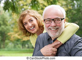 nő, idősebb, átkarolás, mosolyog bábu, boldog