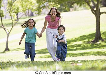 nő, két, fiatal, futás, szabadban, mosolygós, gyerekek