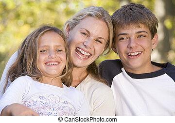 nő, két, fiatal, nevető, szabadban, gyerekek