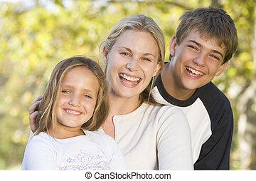 nő, két, fiatal, szabadban, mosolygós, gyerekek