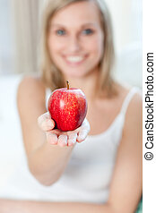 nő, kiállítás, jókedvű, alma