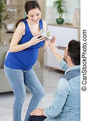 nő, neki, terhes, után, meglepődött, ajándék, felfogó, férj, érzés
