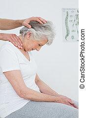 nő, nyak, kinyerés, csinált, idősebb ember, elintézés