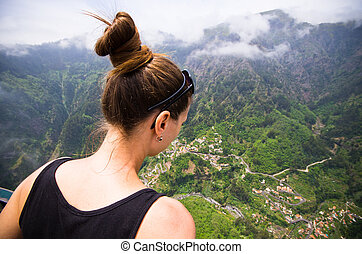 Élvez, napnyugta. Gyönyörű woman, portugália, hát, látszó, napnyugta, aores, kilátás.   CanStock