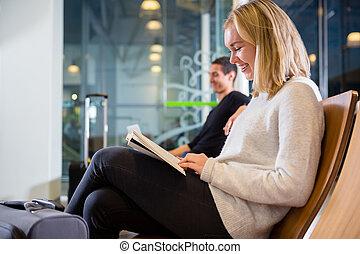 nő, repülőtér, könyv, mosolygós, felolvasás, szegély kilátás