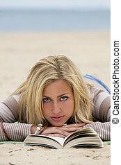 nő, tengerpart, felolvasás
