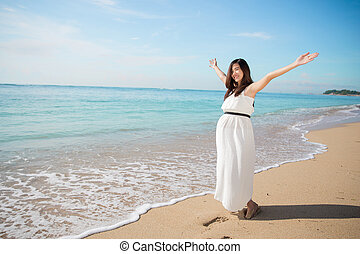 nő, terhes, tengerpart, fegyver, ázsiai, élvez, nyílik