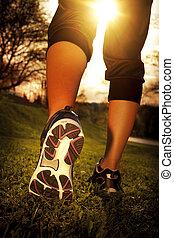 nő, tréning, futó, wellness, atléta, állóképesség, lábak, futás, closeup, felráz, shoe., fű, concept., napkelte