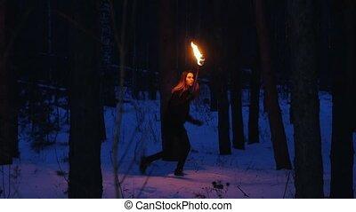 nő, valami, el, fiatal, megrémült, gyalogló, éjszaka, erdő, fáklya
