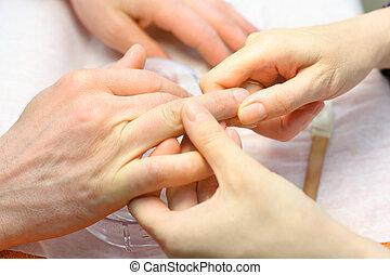 női szépség, salon;, csinál, kéz, körömápolás, kézbesít, ember, törődik