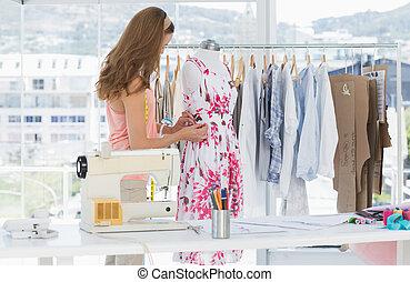 női, virágos, mód, dolgozó, ruha, tervező