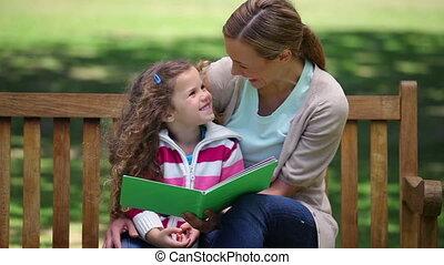 neki, lány, sztori, bírói szék, felolvasás, anya