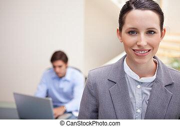 neki, laptop, övé, kolléga, dolgozó, mosolygós, mögött, üzletasszony, fiatal