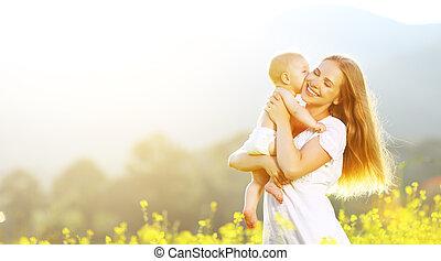 nyár, család, természet, ölelgetés, csókol, anya, csecsemő, boldog