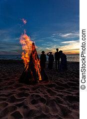 nyár, emberek, misét celebráló, unrecognisable, tengerpart, napforduló, máglya