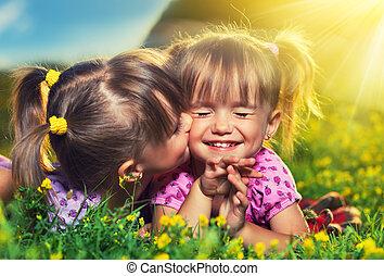 nyár, kevés, family., lány, ikergyermek, nevető, szabadban, lánytestvér, csókolózás, boldog