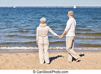 nyár, párosít hatalom kezezés, idősebb ember, tengerpart, boldog
