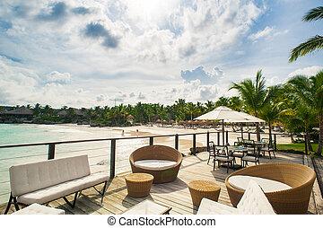 nyár, tengerpart., távoli, dominikai, bágyasztó, caribbean, seychelles, bahamas., étterem, óceán, tropikus, köztársaság, outdoor kávézó, paradicsom, asztal, sky., tengerpart, beállítás, seashore.