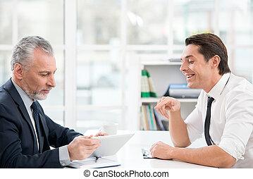 okmányok, két, dolgozó, businessmen
