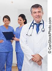 orvos, mosolygós, mögött, betegápolók, őt