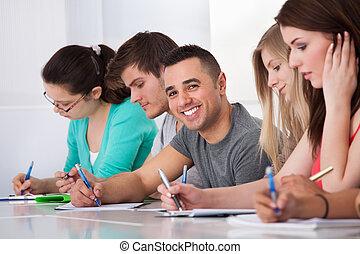 osztálytársak, ülés, írás, diák, íróasztal, jelentékeny