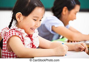 osztályterem gyermekek, boldog