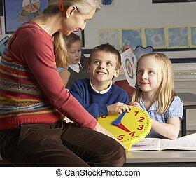 osztályterem, izbogis, elemi, gyerekek, tanár, női, idő, tanítás, mond