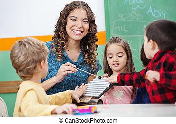 osztályterem, xilofon, játék, gyerekek, tanár