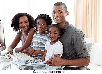 otthon, boldog, dolgozó, amerikában élő afrikai származású személy, család, számítógép