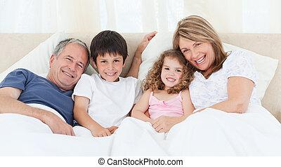 otthon, hálószoba, -eik, látszó, fényképezőgép, család