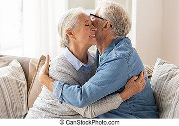 otthon, párosít, idősebb ember, ölelgetés, boldog