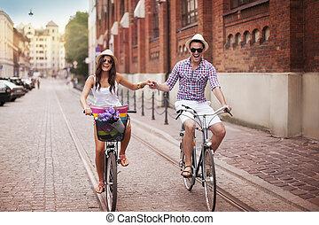 párosít, fiatal, bicikli, hatalom kezezés, lovaglás, boldog