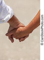 párosít hatalom kezezés, idősebb ember, tengerpart, boldog