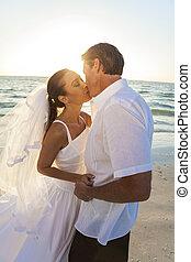 &, párosít, lovász, menyasszony, napnyugta, esküvő, csókolózás, tengerpart