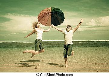 párosít, ugrás, idő, tengerpart, nap, boldog