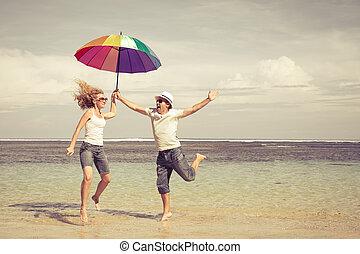 párosít, ugrás, tengerpart, boldog