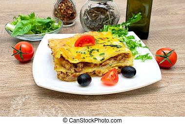 paradicsom, lasagna, olajbogyó, tányér., étvágygerjesztő
