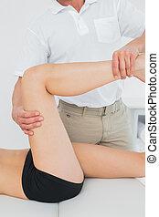 physiotherapist, láb, woman's, megvizsgál, fiatal, hím