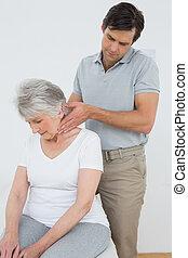 physiotherapist, nyak, woman's, senior hím, masszázs