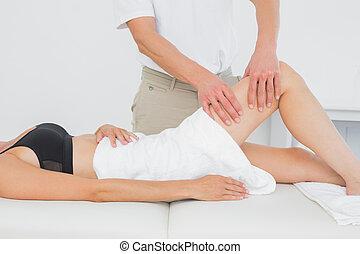 physiotherapist, woman's, megvizsgál, fiatal, láb