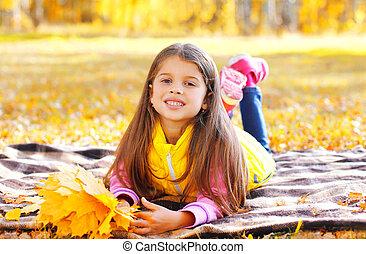pléd, napos, sárga, ősz, juharfa, őt lap, gyermek, portré, mosolygós, nap, fekvő