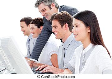 portré, középcsatár, dolgozó, hívás, ügynökök, vásárló, összpontosított, szolgáltatás