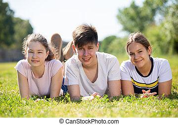 portré, liget, fű, fekvő, tizenéves