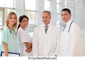 portré, mosolygós, orvosi sportcsapat