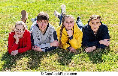 pozitív, csoport, fű, zöld, fekvő, tizenéves