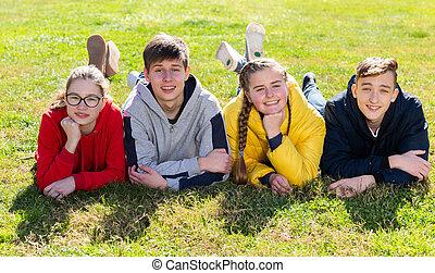 pozitív, fű, tizenéves, zöld, fekvő, csoport